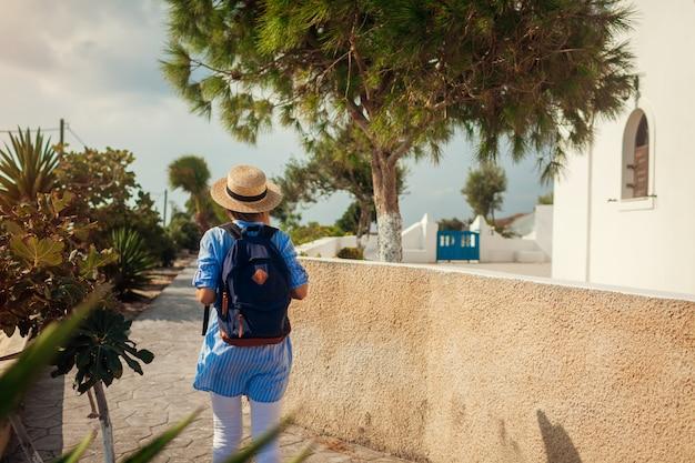 Voyageur explorant et découvrant l'architecture grecque