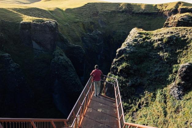 Le voyageur explore le paysage accidenté de l'islande