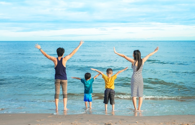 Voyageur en famille marchant et appréciant sur la plage.