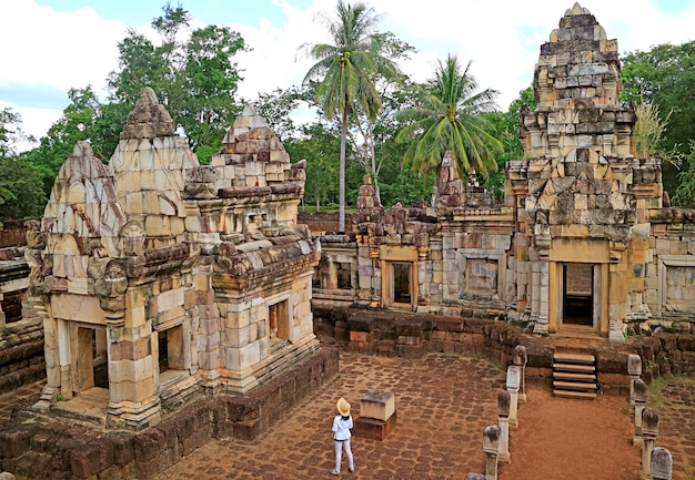 Voyageur féminin à la recherche de ruines du temple khmer de prasat sdok kok thom, thaïlande