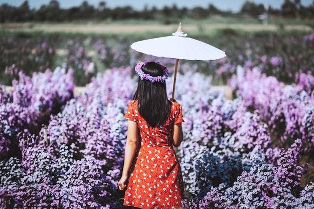 Voyageur femme dans jardin fleuri
