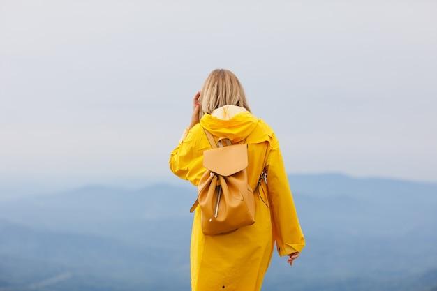 Voyageur De Femme Hipster élégant Avec Sac à Dos Au Sommet Des Montagnes, Concept De Voyage, Voyage Debout Dans La Montagne. Photo Premium