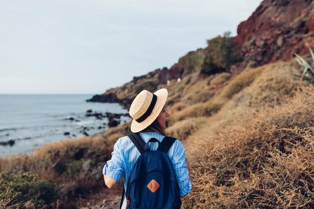 Voyageur femme marchant sur la plage