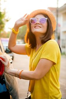 Voyageur, femme, plein, sourire, visage, bonheur, émotion, debout, dos, voiture suv, prêt, route, temps vacances