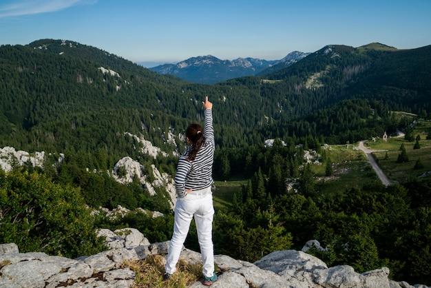 Voyageur femme randonnée à travers le paysage de la croatie.