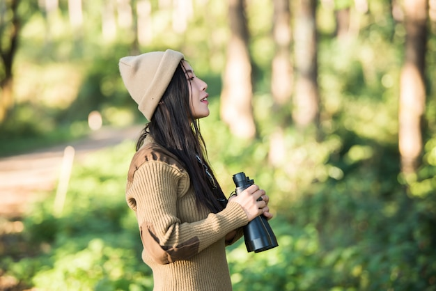 Voyageur femme va seul dans la forêt