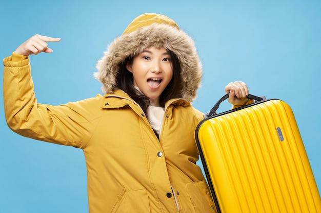 Voyageur heureux femme asiatique avec valise isoler