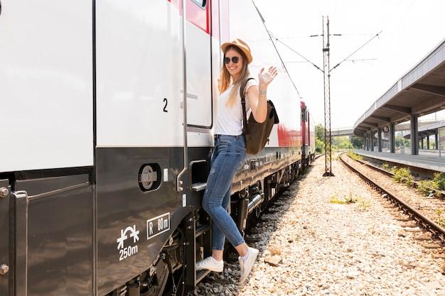 Voyageur heureux souriant à la gare