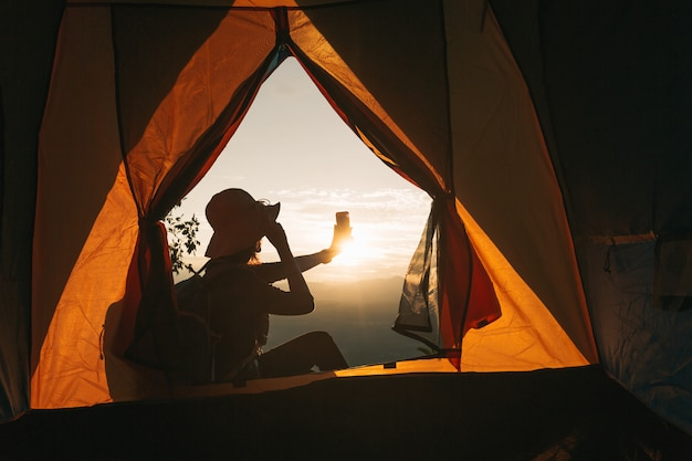 Voyageur hipster de jeunes femmes asiatiques faisant selfie avec vue sur le coucher de soleil, touriste