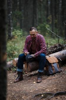 Voyageur hipster avec sac à dos vintage dans la nature