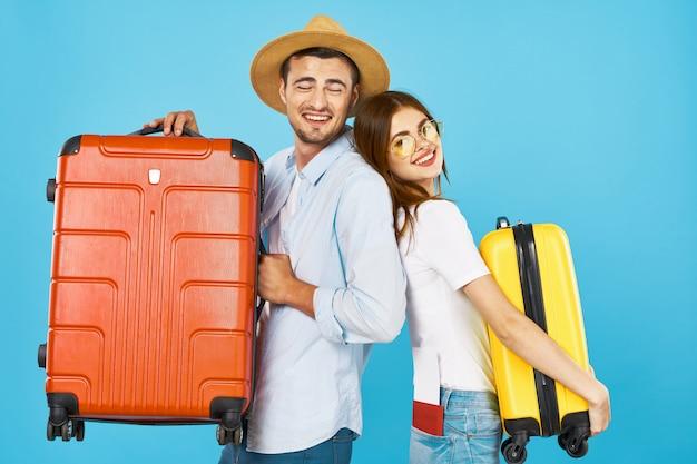 Voyageur homme et femme avec une valise, joie, passeport