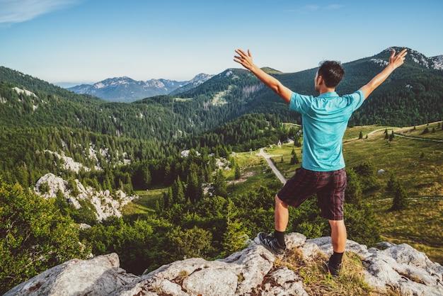Voyageur homme randonnée à travers le paysage de la croatie.