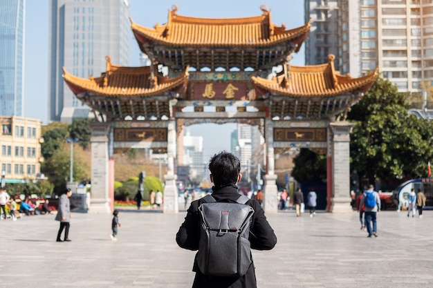Voyageur homme voyageant à jinbi square, golden horse et jade rooster archways