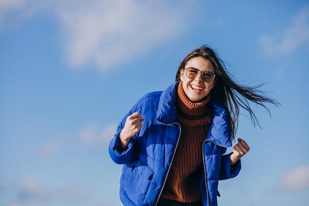 Voyageur de la jeune femme en veste bleue