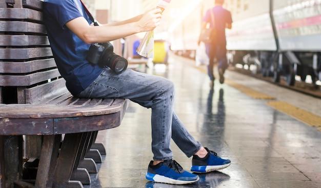 Voyageur de jeune homme avec carte sur fond de construction de rue
