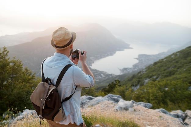 Voyageur masculin au monténégro à l'extérieur