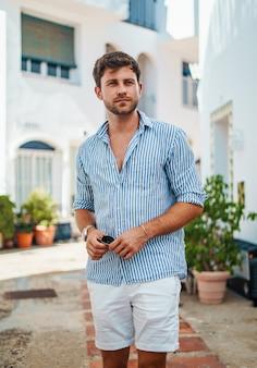 Voyageur masculin debout dans le patio