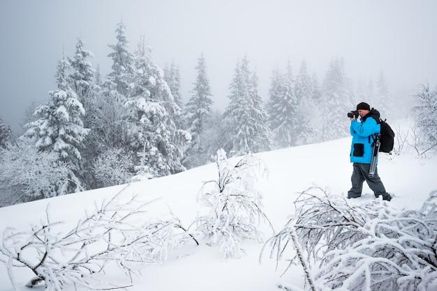 Voyageur masculin avec sac à dos prend des photos