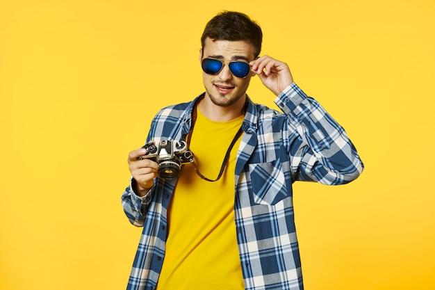 Voyageur masculin avec une valise, joie, passeport