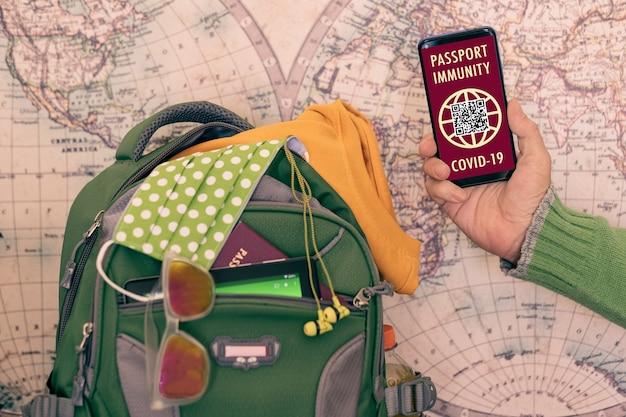 Le voyageur montre un passeport sanitaire pour les personnes vaccinées contre le coronavirus covid-19. caucasiens prêts à partir