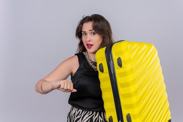 Voyageur de la pensée jeune fille portant un maillot de corps noir tenant valise sur fond blanc