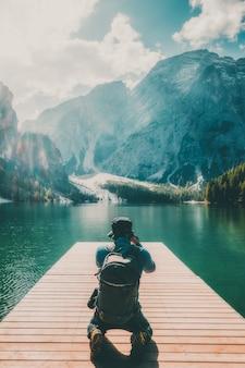 Voyageur prenant une photo du lac braies en italie.