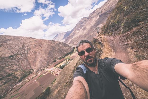 Voyageur prenant un selfie dans la vallée sacrée des incas au pérou