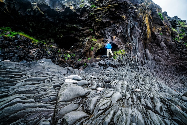 Voyageur randonnée côte à hellnar, islande.