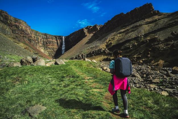 Voyageur randonnée à hengifoss waterfall, islande.