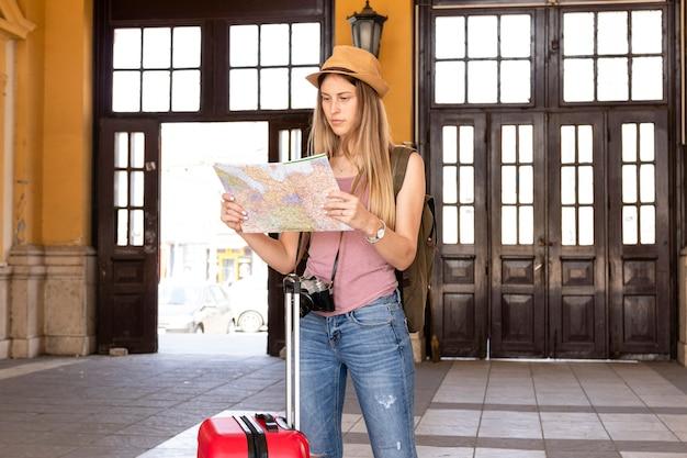 Voyageur regardant la carte dans un immeuble