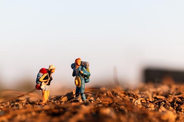 Voyageur avec sac à dos d'alpinisme. randonnée homme avec sac à dos marcher en plein air