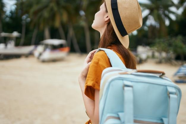 Voyageur avec un sac à dos sur l'île