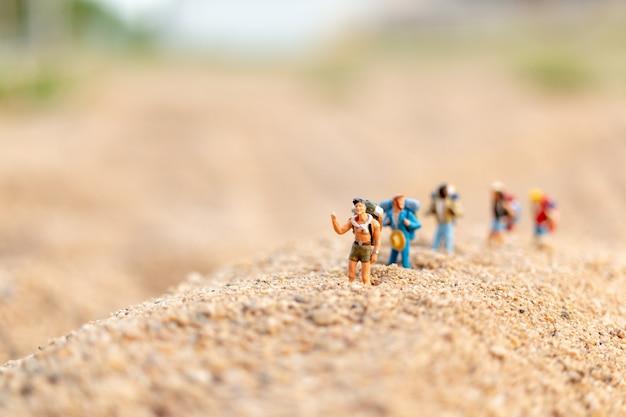 Voyageur avec sac à dos marchant sur le sable