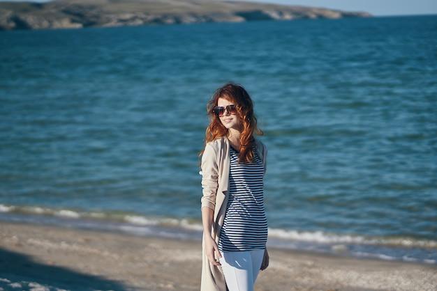 Le voyageur se promène le long des plages près de la mer dans les montagnes vagues paysage été