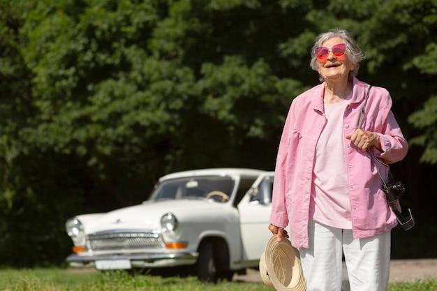 Voyageur Senior Portant Des Lunettes De Soleil Rouges Photo gratuit