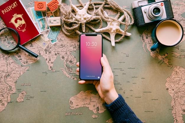 Voyageur tenant un smartphone hi-tech
