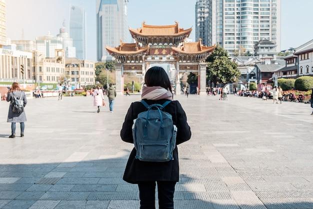 Voyageur voyageant à jinbi square, golden horse et jade rooster archways