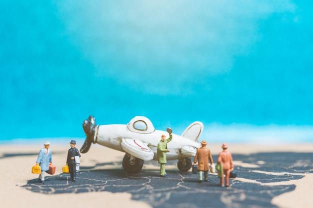 Voyageurs avec avion sur la carte du monde