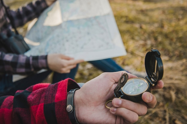 Voyageurs avec boussole et carte