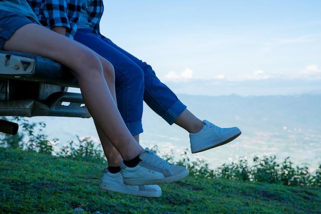 Les voyageurs, les jeunes femmes, regardent les montagnes et les forêts étonnantes, des idées de voyage