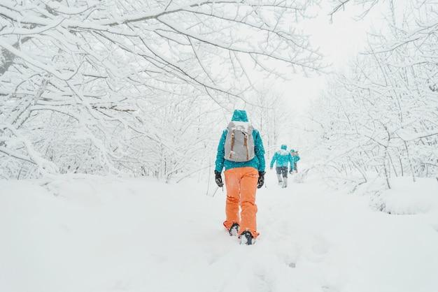 Voyageurs marchant en hiver