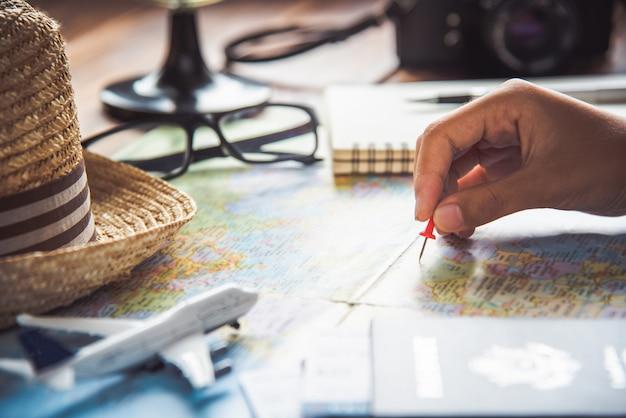 Les voyageurs planifient un voyage en recherchant l'itinéraire sur la carte et en recherchant des informations sur internet.