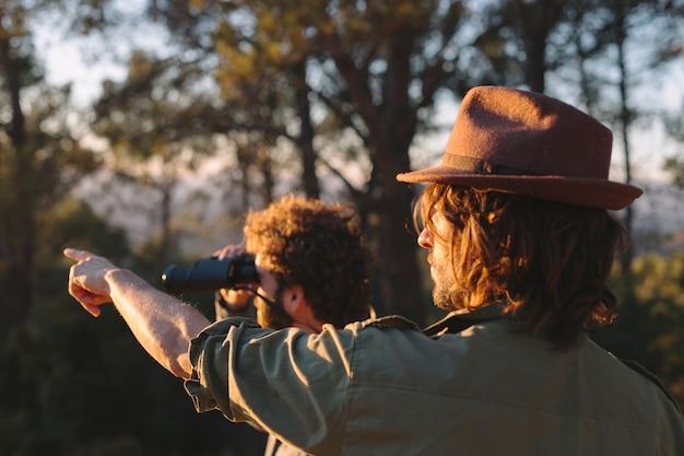 Voyageurs regardant à distance