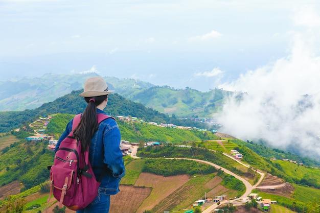 Voyageurs regardant la montagne de phu tub berk avec brouillard, thaïlande