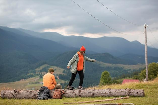 Voyageurs ruraux explorant les environs ensemble