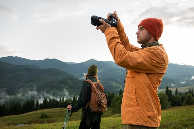 Voyageurs ruraux explorant à la lumière du jour