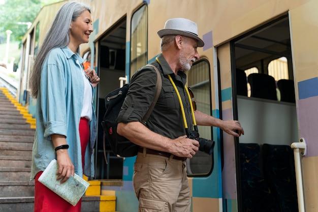 Voyageurs seniors de plan moyen