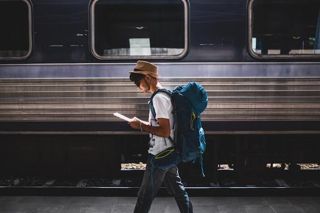 Les voyageurs sont sac à dos et marchent seuls à la gare.