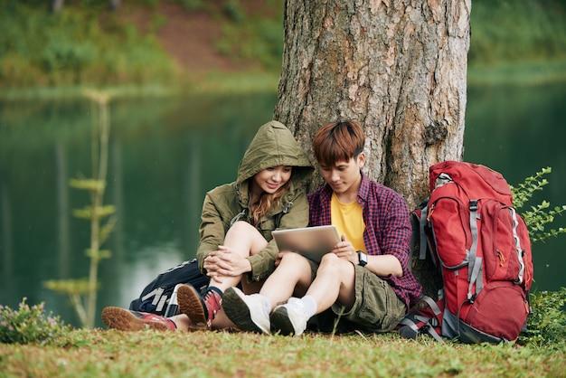Voyageurs avec tablette numérique