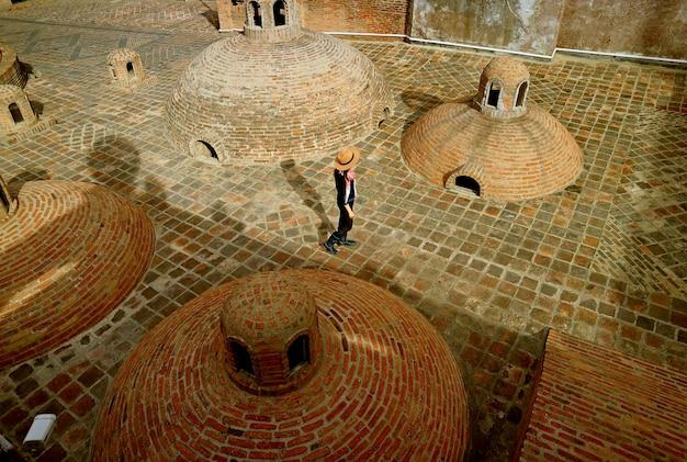Voyageuse profitant des emblématiques bains de soufre médiévaux dans le vieux tbilissi en géorgie